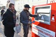 Konateľ organizácie ASEKOL Ronald Blaha a primátor Trnavy Peter Bročka počas vkladania elektroodpadu do jednej z červeno-bielych smetných nádob na elektroodpad počas slávnostného predstavenia a uvedenia tejto novinky na Slovensku.