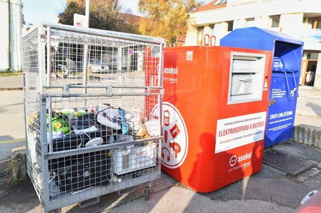 Smetiaky na elektroodpad nájdete na parkovisku pri OD Jednota. Hneď vedľa Halenárskej.