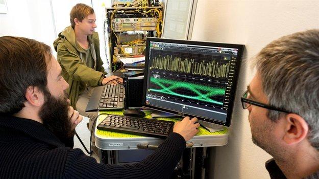 Poliakov tím stanovil rekord prenosu dát cez laser - rýchlosť 1,72 terabitov za sekundu na vzdialenosť 10,45 kilometra.