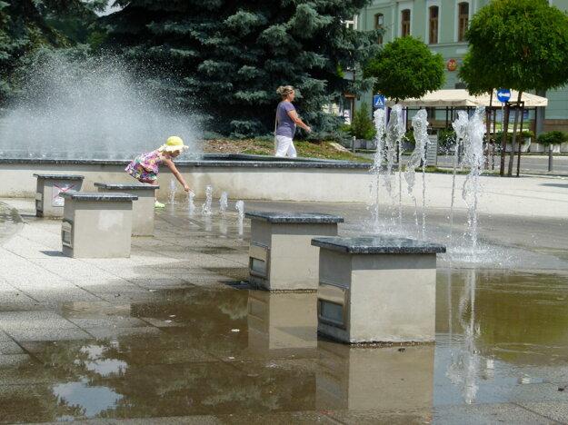 Mesto dopláca na to, že sú fontány poruchové a navyše napojené na verejný vodovod.