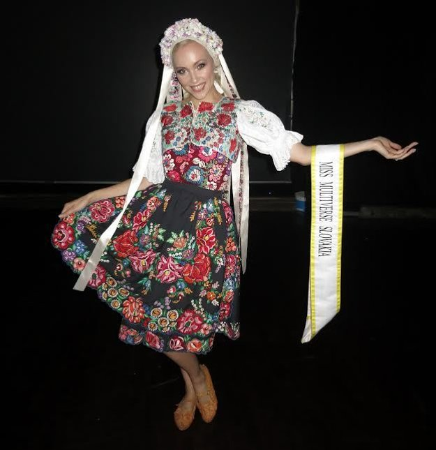 Slovenský kroj. Marike pristane všetko.