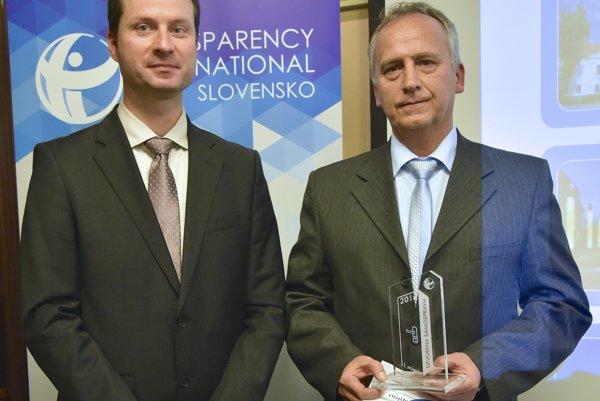 Na snímke zľava riaditeľ Transparency International Slovensko Gabriel Šípoš a prednosta Mestského úradu vo Vranove nad Topľou Imrich Kónya.