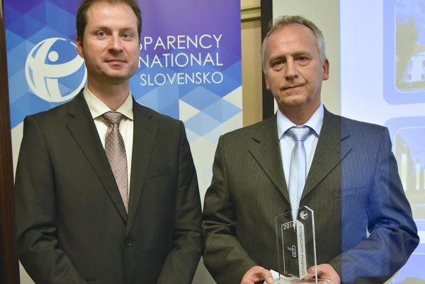 Riaditeľ Transparency International Slovensko Gabriel Šípoš a prednosta Mestského úradu vo Vranove nad Topľou Imrich Kónya počas odovzdávania ocenení Otvorená samospráva 2016.