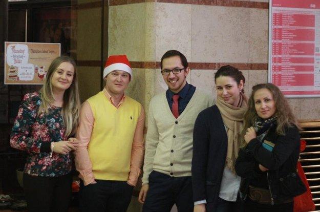 Na snímke zľava Dominika Sarvašová, Michal Macánek, Matej Beránek, Katarína Valjentová a profesorka UKF Anna Kúbeková.