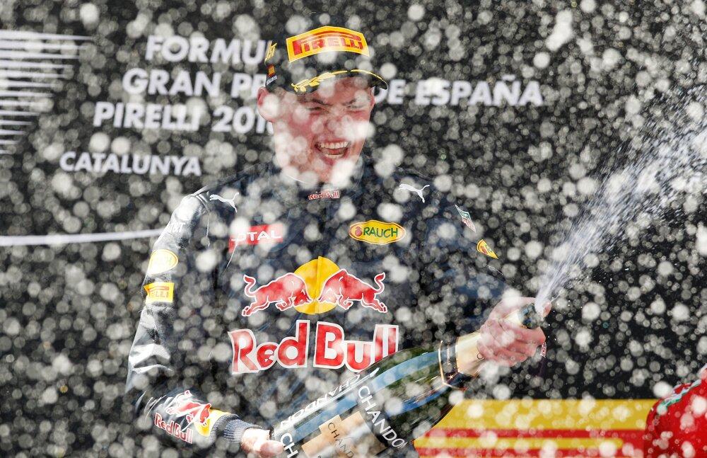 Max Verstappen oslavuje víťazstvo v Španielsku.