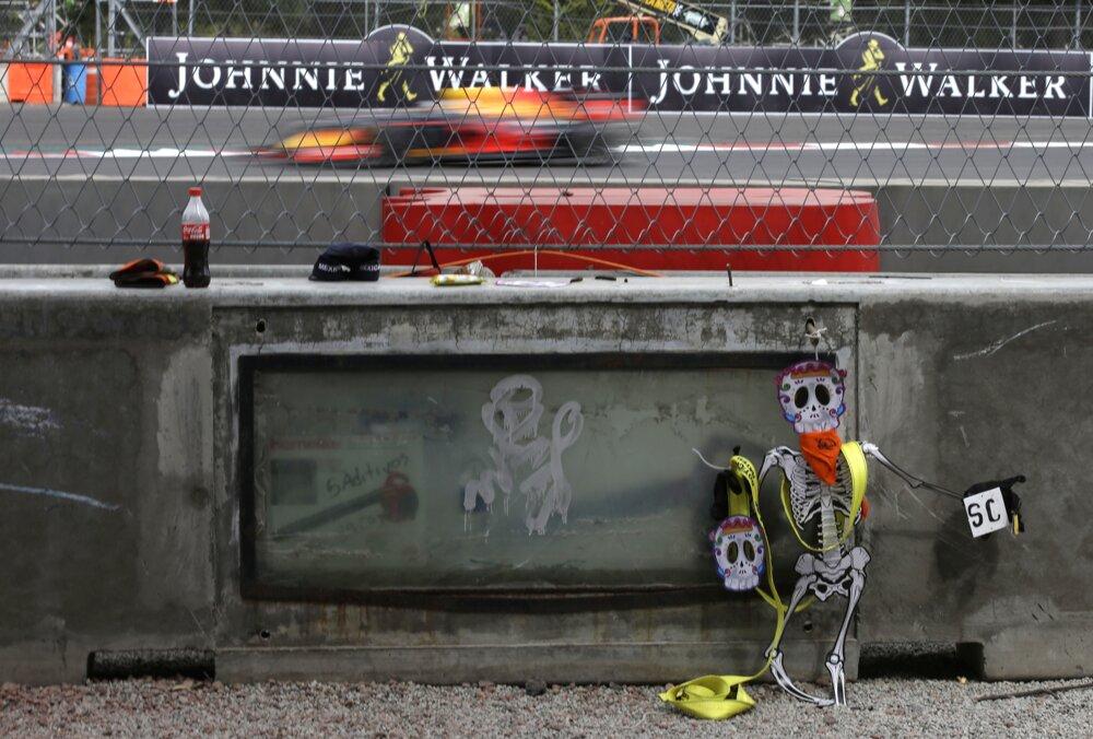Figúrka uctievajúca si pamiatku zosnulých pri okruhu v Mexico City.