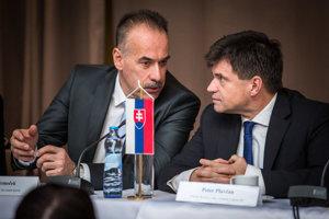 Zľava Igor Nemeček a minister Peter Plavčan.