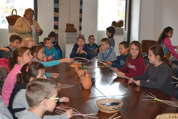 Živé múzeum v Rožňave. Školáci sa učili remeslu pod vedením skúseného košíkara.