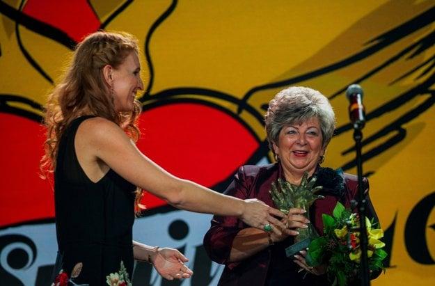 Za kategóriu Obec a mesto odovzdáva cenu starostke obce Hlinné Milene Naštovej Hladovej (vpravo) predsedníčka poroty Jarmila Lajčáková.