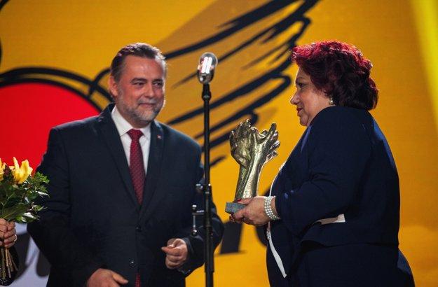 Laureátke ocenenia Roma Spirit 2016 v kategórii Osobnosť učiteľke Eve Gašparovej odovzdal cenu vedúci Kancelárie prezidenta SR Štefan Rozkopál.