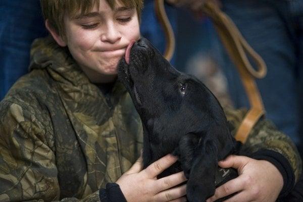 Okrem lásky človeku môže pes venovať aj baktérie.
