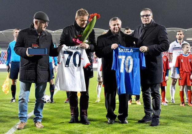 Vzácnymi gratulantmi boli aj prezident SFZ Ján Kováčik a šéf Únie ligových klubov Ivan Kozák.