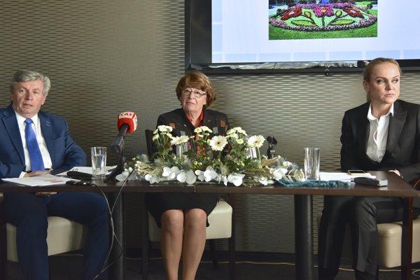Zľava podpredseda ASK Ján Šimko, predsedníčka ASK Jana Zálešáková a podpredsedníčka ASK Zuzana Ďurinová počas tlačovej konferencie.