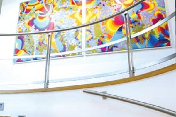 Zariadenie interiéru je nielen otázkou peňazí, ale aj osobného vkusu a priorít. Niekto si luxus spája s imitáciou barokového nábytku, iný radšej investuje do kvalitných materiálov, príjemného dizajnu a originálnych obrazov.