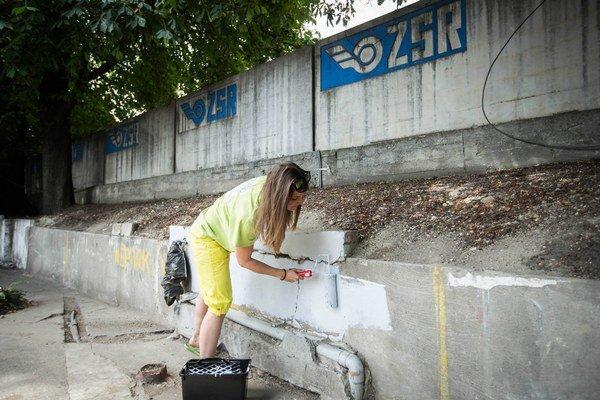 Čistili sa chodníky, dobrovoľníci sa snažili odstrániť roky pretrvávajúci zápach, nelegálnu reklamu i staré plagáty.