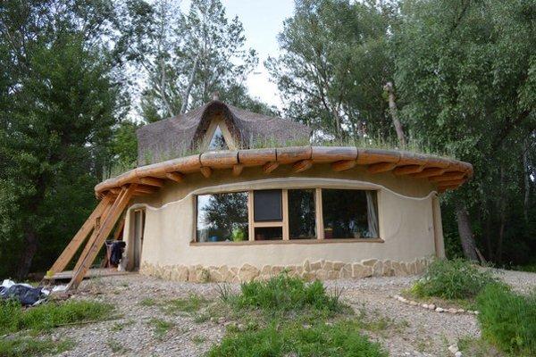 Domy postavené v súladu s prírodou sa začínajú tešiť obľube. Mnohévzniknú len vďaka aktivistom - dobrovoľníkom.