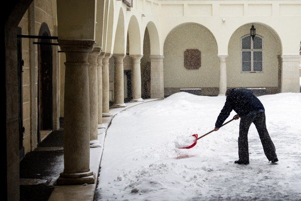 Súčasný zákon hovorí, že znečistenie, poľadovicu alebo sneh sú z chodníkov povinní odstraňovať vlastníci, správcovia alebo užívatelia priľahlých nehnuteľností.