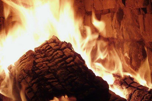 Nebezpečný plyn vzniká nedokonalým spaľovaním dreva alebo fosílnych palív, ako je plyn a uhlie.