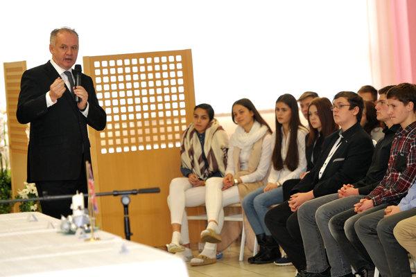 Prezident SR Andrej Kiska počas besedy so študentmi Gymnázia Dr. Cyrila Daxnera vo Vranove nad Topľou.
