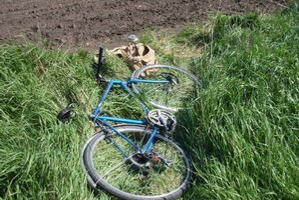 Náhodný okoloidúci si najskôr myslel, že muž pri bicykli len odpočíva. Bol však ťažko zranený.