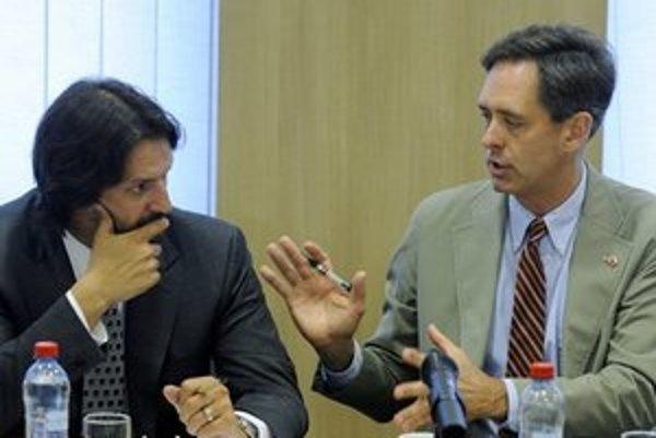 Minister vnútra Robert Kaliňák a vpravo zástupca vedúceho misie amerického veľvyslanectva v SR Norman Thatcher Scharpf.