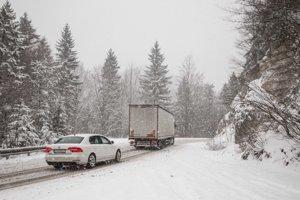 Na horskom priechode Šturec stále sneží, napadlo tu približne 10 - 15 centimetrov nového snehu.