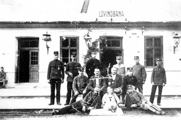 Zamestnanci železničnej stanice v Lovinobani krátko po boľševickom vpáde.
