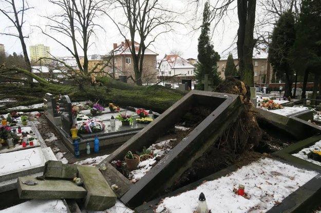 Poškodené hroby na martinskom cintoríne.