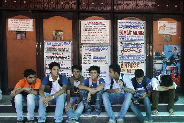 Indickí chlapci pred kinom v Bombaji.