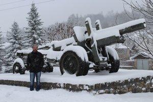 . Na snímke starosta obce Kalinov v okrese Medzilaborce Ivan Sivák pri vojenskej technike rozmiestnenej v chotári dediny.