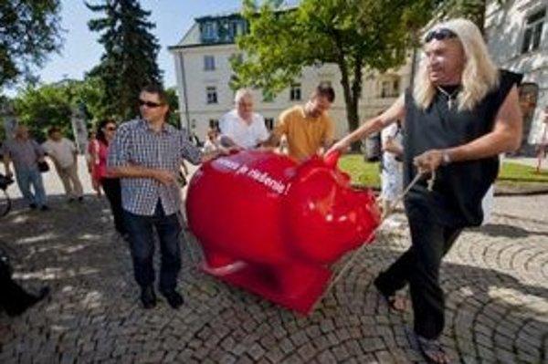 Ficovi červené prasa priniesol bratislavsky mestský poslanec a hudobník Marián Greksa.