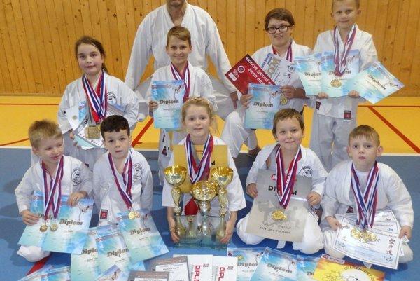 Úspešní karatisti z Karate klubu Topoľčany.