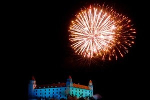 Pred tromi rokmi ústavu oslávili ohňostrojom a prvý raz vysvietili Bratislavský hrad.