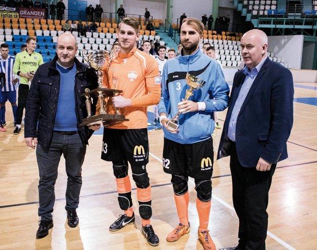 Zľava viceprimátor Martin Nemky, brankári Richard Stránsky a Dušan Kolmokov a Štefan Korman, predseda ObFZ v Nitre.