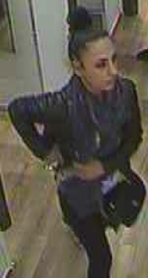 Neznáma žena zachytená kamerovým systémom.