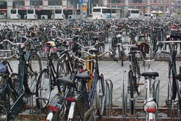 Bicykle pred železničnou stanicou v holandskom 's-Hertogenboschi.