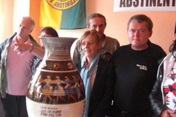 Putovnú vázu si odovzdávajú organizátori kongresov abstinentov.