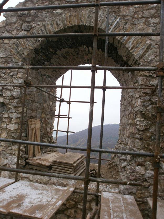 V tomto roku pristúpili k záchrane známeho krajinotvorného prvku - okenného oblúka paláca.