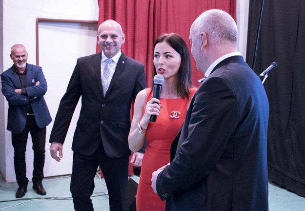 Večer otvorila moderátorka Kristína Kormúthová spolu s predsedom ObFZ Š. Kormanom a starostom Rumanovej J. Jankovičom.