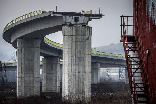 NDS priklepla zákazku Doprastavu bez súťaže. Vraj preto, aby neskončila diaľnica v poli.