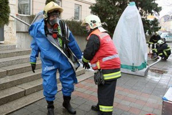 Aj cukor musia hasiči likvidovať v ochranných oblekoch.