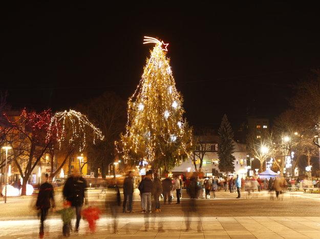 Vianočný stromček v centre Handlovej.