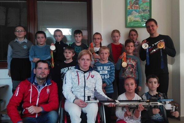 Deti si zo stretnutia so športovcami odniesli zážitok, podpisy aj spoločné fotografie.