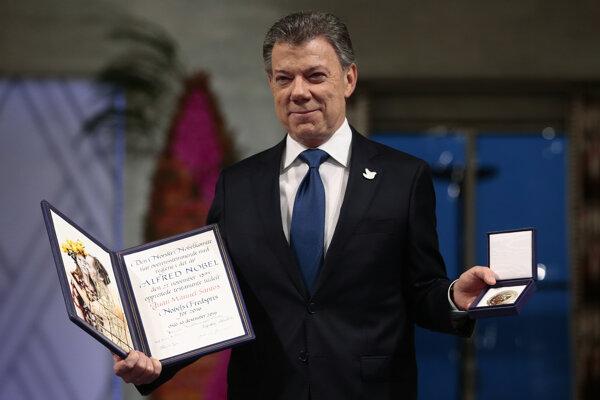 Kolumbijský prezident pózuje s medailou a diplomom. Za mierovú dohodu dostal Nobelovu cenu.