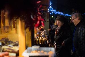 Na námestí a v okolí je 60 stánkov, celkovo sa v nich predstaví počas trvania trhov do 23. decembra až 110 predajcov.