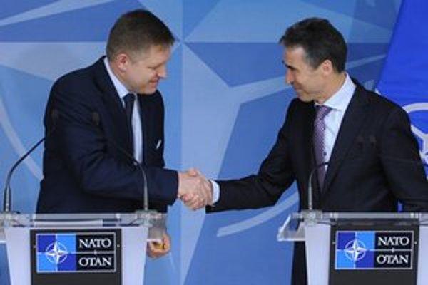 Premiér Robert Fico (vľavo) a generálny tajomník NATO Anders Fogh Rasmussen na tlačovej besede.