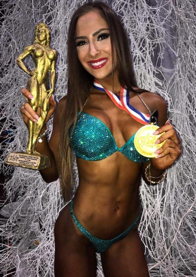 Trajteľová so zlatou medailou a soškou pre svetové juniorskú šampiónku.