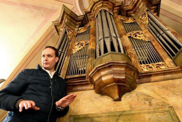 Organ z dielne Majstra Podkonického považujú odborníci za historický unikát. Organista Matúš Kucbel pozná jeho silné stránky aj slabiny.