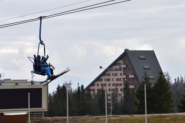 Lyžiari na sedačkovej lanovke na svahu Interski počas prvej lyžovačky na Štrbskom Plese.