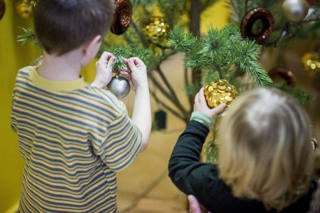 Deti pomáhajú zdobiť